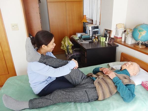 写真:訪問診察(日常生活に即したリハビリ実施)